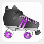 El rodillo Derby patina negro y púrpura Pegatina Cuadrada
