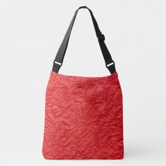 El rojo arrugó el fondo de papel de la textura bolsa cruzada