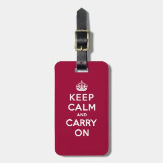 El rojo carmesí guarda calma y continúa el texto etiquetas maleta