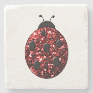 El rojo chispeante hermoso chispea mariquita de la posavasos de piedra
