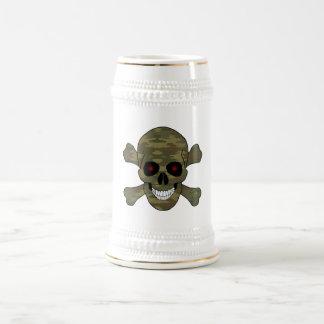 El rojo del camuflaje observa el cráneo y la jarra de cerveza