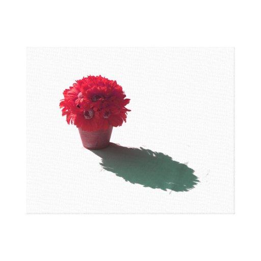 El rojo florece el cubo y la sombra blancos impresión de lienzo