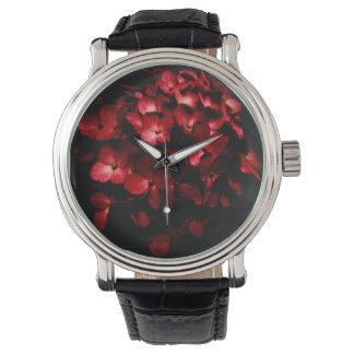 El rojo florece el ramo en foto negra del fondo reloj