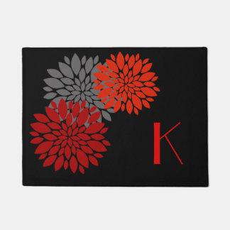 El rojo florece la estera de puerta con monograma felpudo