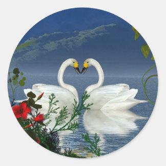 El rojo hermoso de los cisnes del corazón florece pegatina redonda