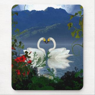 El rojo hermoso de los cisnes del corazón florece alfombrilla de ratón