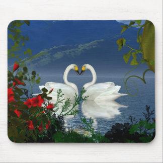 El rojo hermoso de los cisnes del corazón florece  tapete de ratón