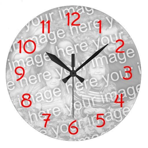 El rojo numera el reloj de pared
