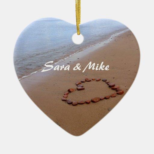 El rojo oscila el ornamento de la playa del adorno navideño de cerámica en forma de corazón