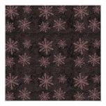 El rojo oscuro del modelo del copo de nieve invita invitación 13,3 cm x 13,3cm