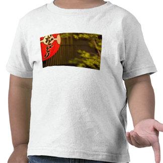 El rojo pintó la linterna de papel y el árbol, camisetas