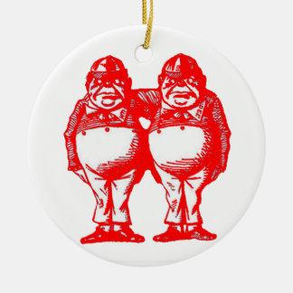 El rojo Tweedle Dee y Tweedle Dum Adorno Redondo De Cerámica