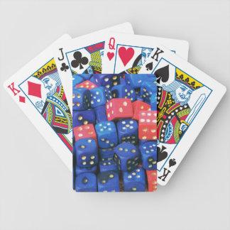 El rollo de un dado barajas de cartas