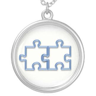 El rompecabezas junta las piezas del collar