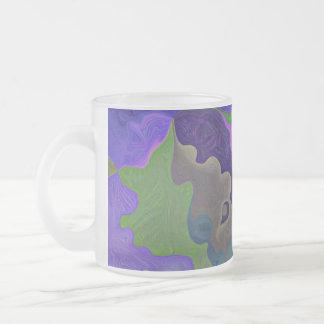 el rompecabezas púrpura junta las piezas de la taza de cristal
