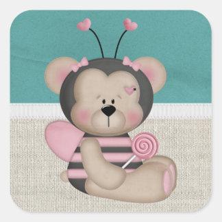 El rosa adorable manosea el oso de la abeja pegatina cuadrada