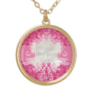 El rosa afortunado del damasco añade su collar