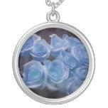 El rosa azul colorized el fondo manchado ramo collar