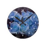El rosa azul colorized el fondo manchado ramo reloj de pared