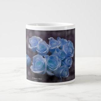 El rosa azul colorized el fondo manchado ramo taza grande