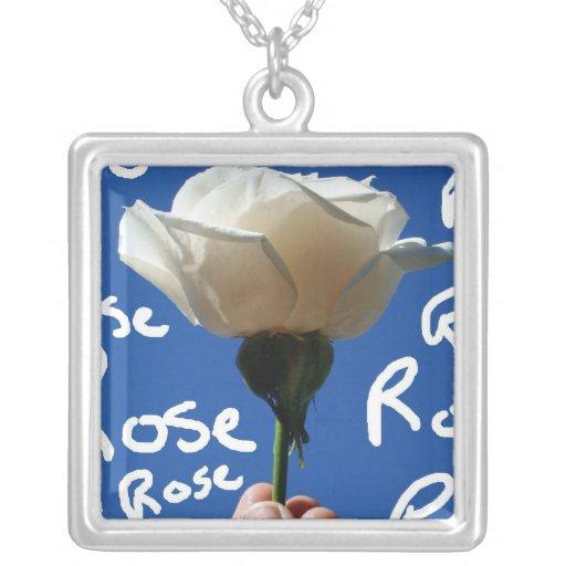 El rosa blanco, parte posterior del azul, subió es colgante personalizado