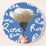 El rosa blanco, parte posterior del azul, subió es posavaso para bebida