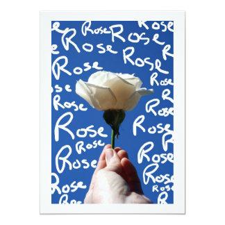 El rosa blanco, parte posterior del azul, subió invitación personalizada