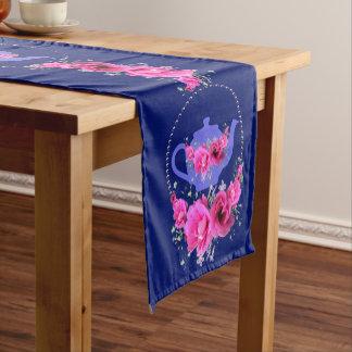 El rosa bonito florece la fiesta del té púrpura de camino de mesa corto