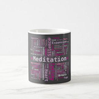 El rosa de la nube de la palabra de la meditación taza básica blanca