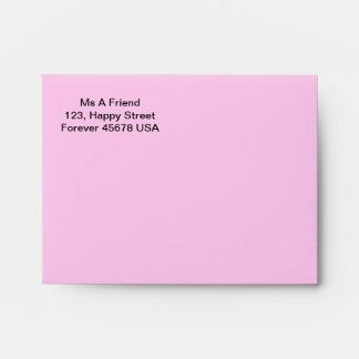 El rosa de la tarjeta de nota dirigió el sobre