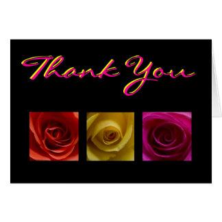 El rosa del amarillo anaranjado de los rosas del tarjeta de felicitación