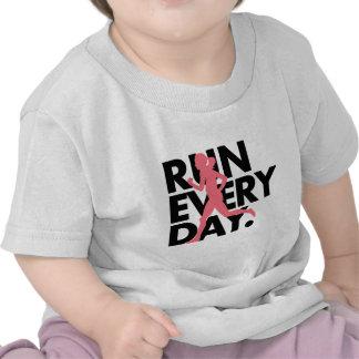 """El rosa/el negro """"funciona con cada día """" camisetas"""