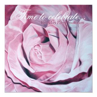 """El rosa elegante celebra a la fiesta de cumpleaños invitación 5.25"""" x 5.25"""""""