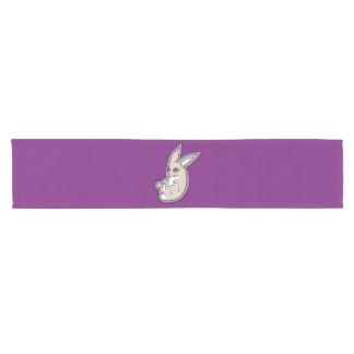 El rosa feliz del conejo de la lavanda observa camino de mesa corto