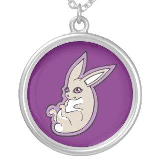 El rosa feliz del conejo de la lavanda observa colgante redondo