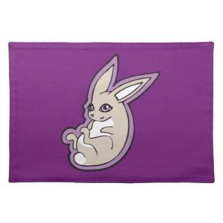 El rosa feliz del conejo de la lavanda observa mantel