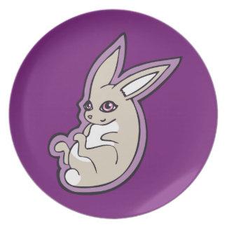 El rosa feliz del conejo de la lavanda observa plato de cena