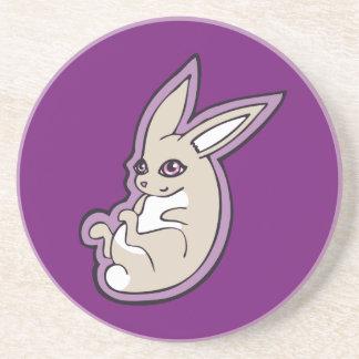 El rosa feliz del conejo de la lavanda observa posavaso para bebida