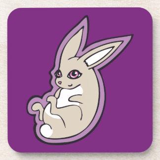 El rosa feliz del conejo de la lavanda observa posavasos