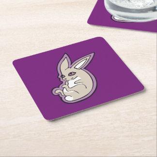 El rosa feliz del conejo de la lavanda observa posavasos de cartón cuadrado