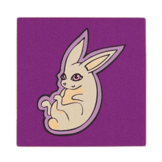 El rosa feliz del conejo de la lavanda observa posavasos de madera