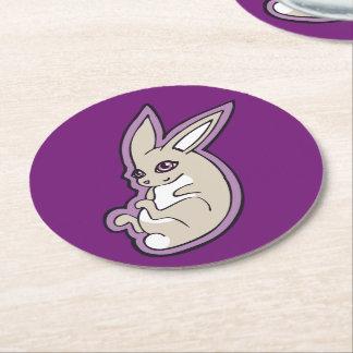 El rosa feliz del conejo de la lavanda observa posavasos desechable redondo