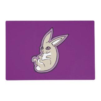 El rosa feliz del conejo de la lavanda observa salvamanteles