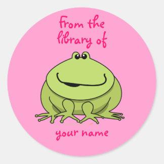 El rosa feliz lindo de la rana personalizado etiquetas redondas