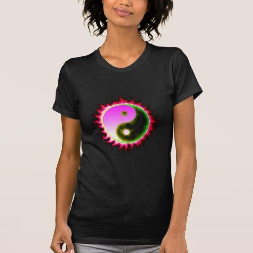 El rosa flamea la camisa de Yin Yang