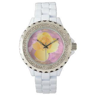 El rosa florece el reloj blanco del diamante