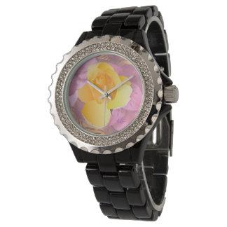 El rosa florece el reloj del diamante artificial