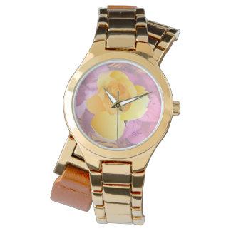 El rosa florece el reloj envuelto del oro del rosa