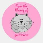 El rosa gordo lindo del gato personalizado embroma etiqueta redonda