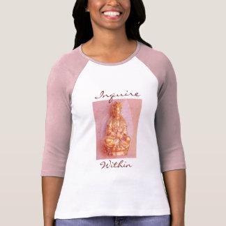 El rosa investiga dentro de la camiseta